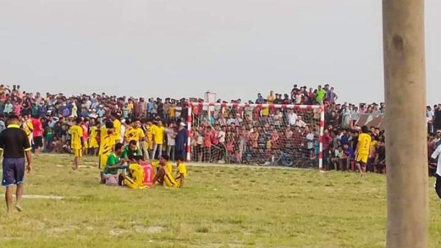 করোনা উপেক্ষা করে ফুটবল টুর্নামেন্ট: হাজারো মানুষের ঢল