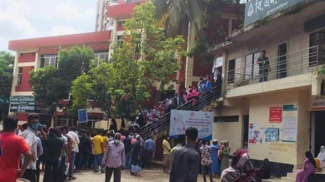 ব্রাহ্মণবাড়িয়া সদর হাসপাতাল: করোনা রোগীর লাইনেও দালালের থাবা