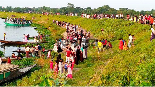 করোনাঝুঁকির মাঝেও আখাউড়ায় তিতাস নদীর পাড়ে ভ্রমণপ্রেমীদের উপচে পড়া ভীড়